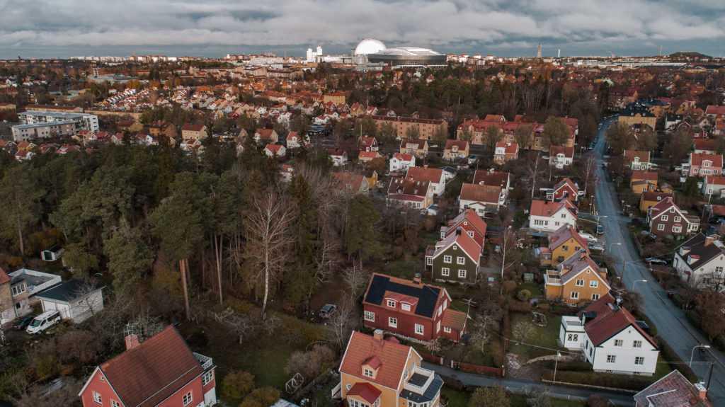 Enskede utanför Stockholm och familjens hus med solceller på taket.