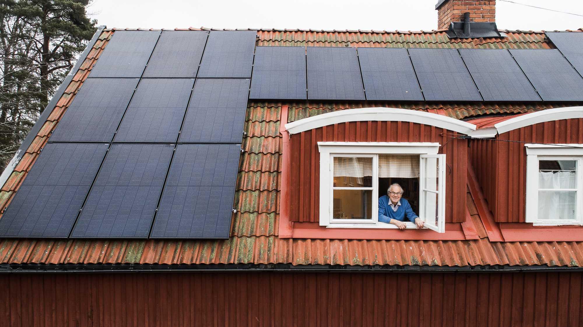 Anders Schüllerqvist med solceller på huset i Enskede.