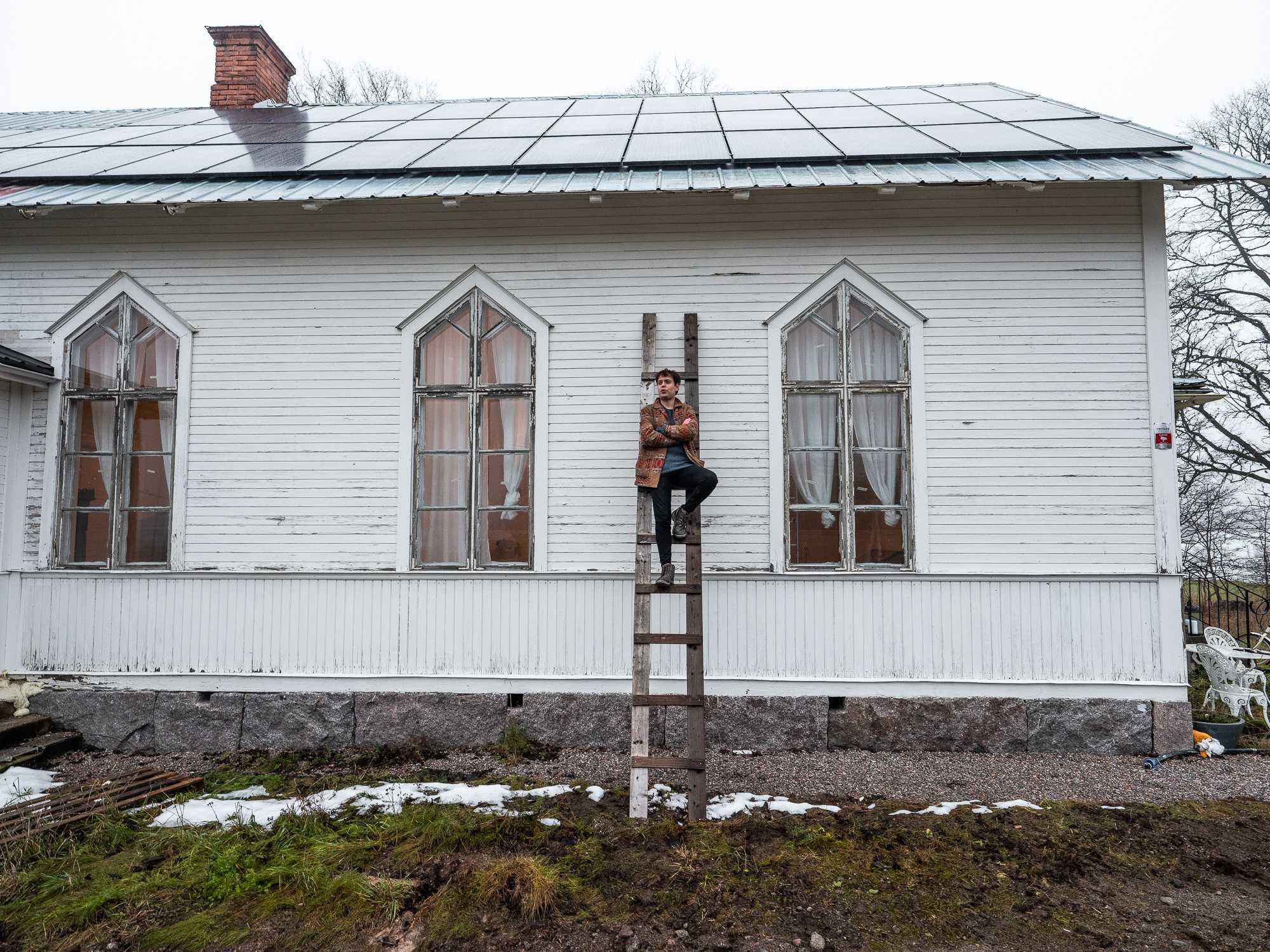 Matias Salinas framför sitt hus med solceller i Tierp